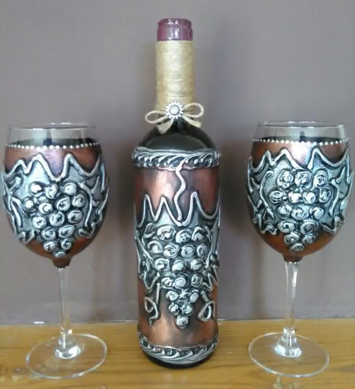 Ръчно рисуван комплект бутилка вино с чаши
